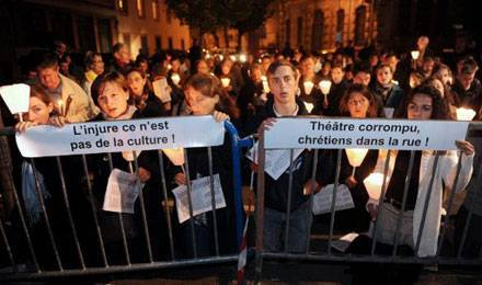 antichristianisme-théâtre-manif-MPI